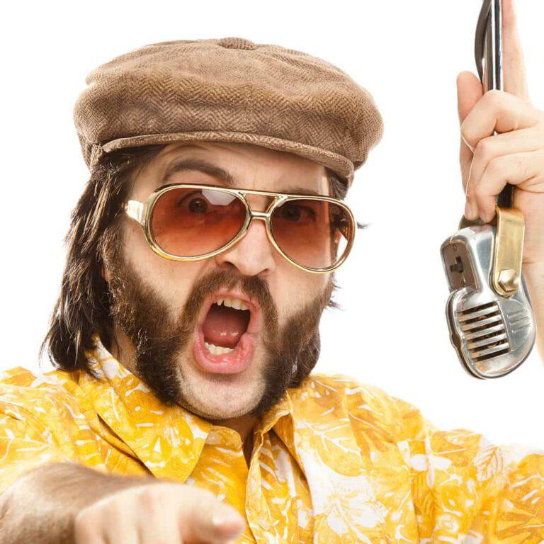 Man met microfoon en wijzende vinger