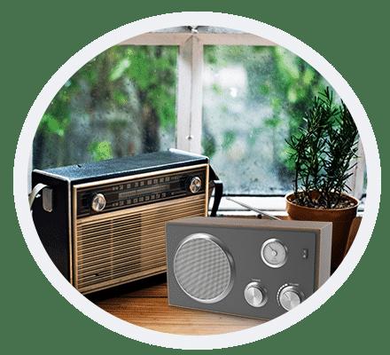 tafel met radio's transistor en DAB Radio President